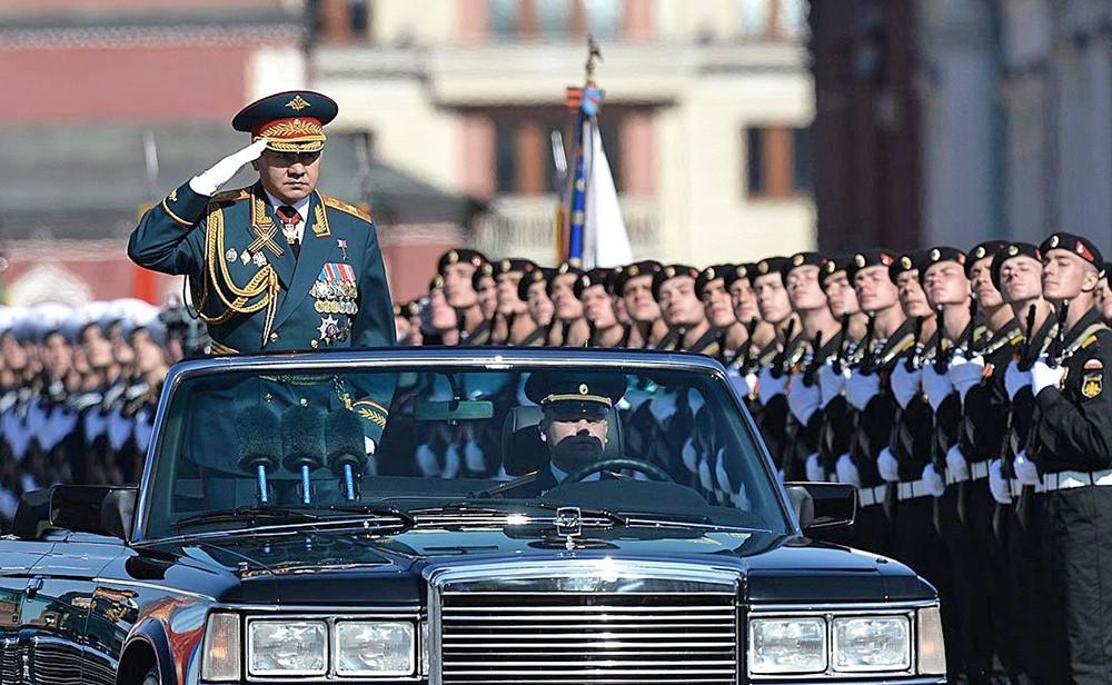 Министры обороны России Сергей Шойгу принимает парад Победы