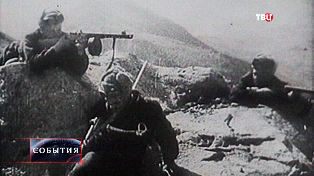 Бойцы Красной армии ведут бой с немцами