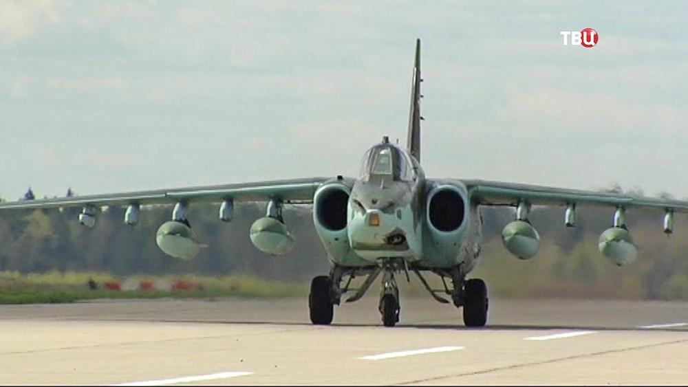 Военный самолёт на аэродроме