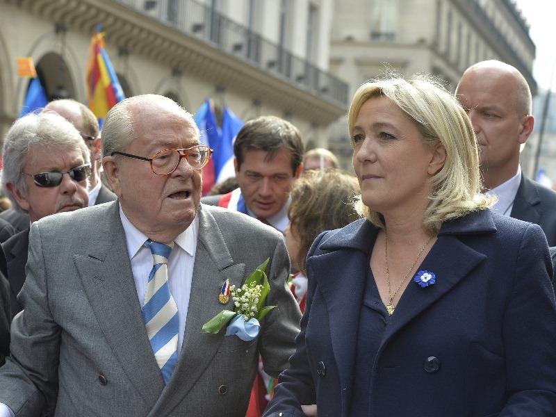 """Основатель партии """"Национальный фронт"""" Жан-Мари Ле Пен и его дочь - лидер """"Национального фронта"""" Марин Ле Пен"""