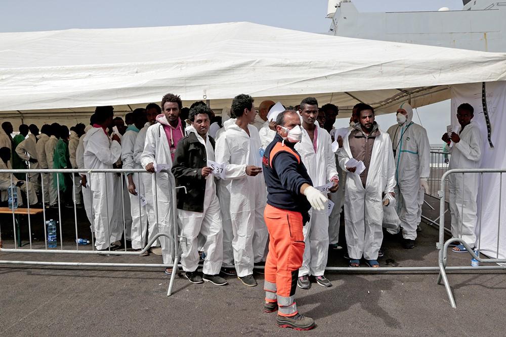 Задержанные нелегальные мигранты в Италии