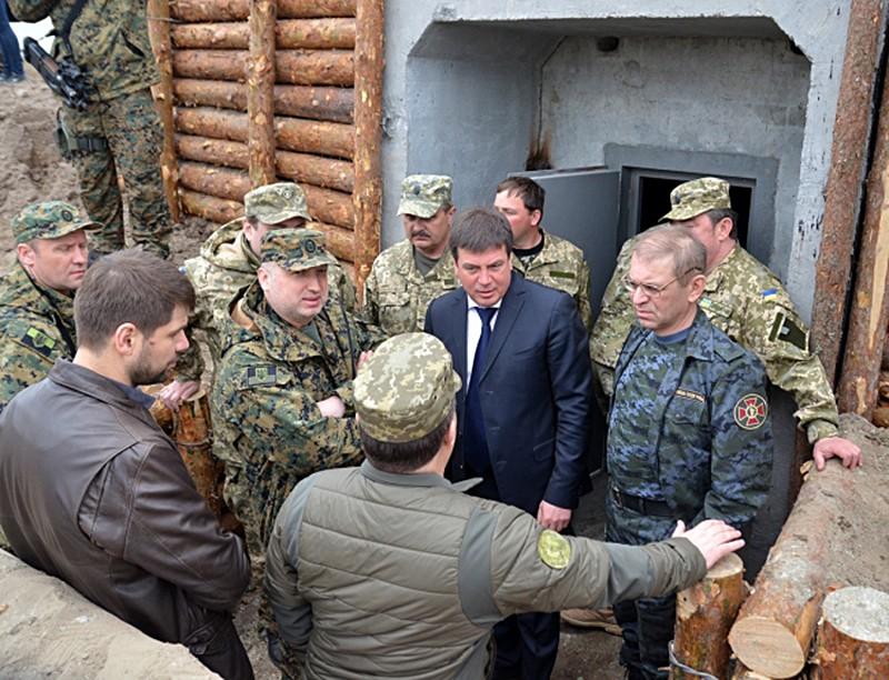 Александр Турчинов осмотрел оборонительные сооружения