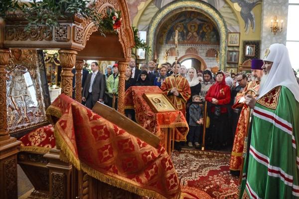 Патриарх Московский и всея Руси Кирилл с мощами Георгия Победоносца на праздничном богослужении