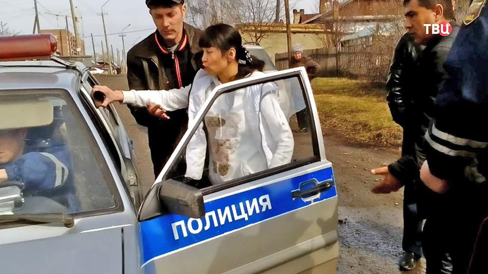 Женщина препятствует эвакуации своего автомобиля в Кемерово