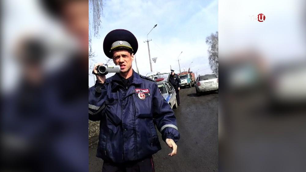 Полицейские Кемерова пытаются эвакуировать машину женщины