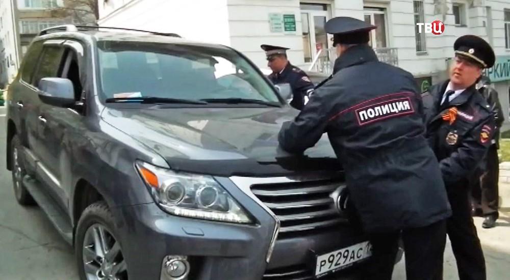 Полицейские препятствуют проезду автомобилю депутата краевого парламента Владивостока