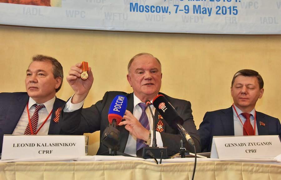 Лидер партии КПРФ вручает награды