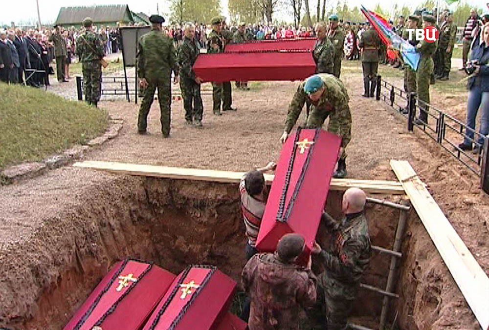 Церемония перезахоронения останков советских солдат