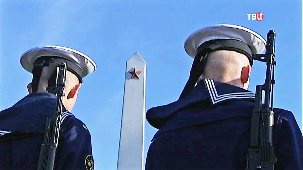 Моряки возле воинского мемориала