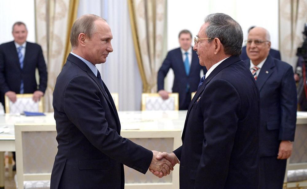 Президент России Владимир Путин и председатель Госсовета и Совета Министров Республики Куба Рауль Кастро