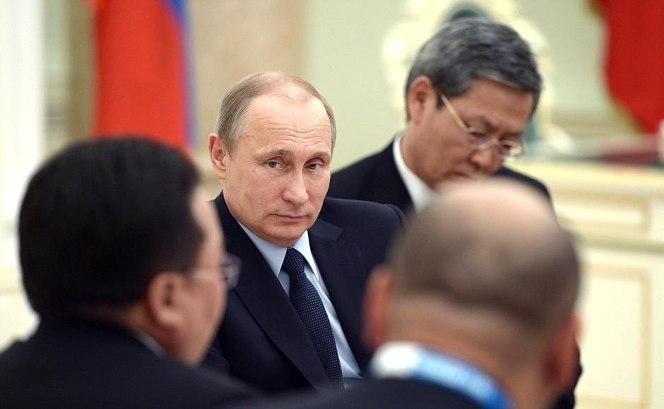 Президент России Владимир Путин на встрече с монгольской делегацией
