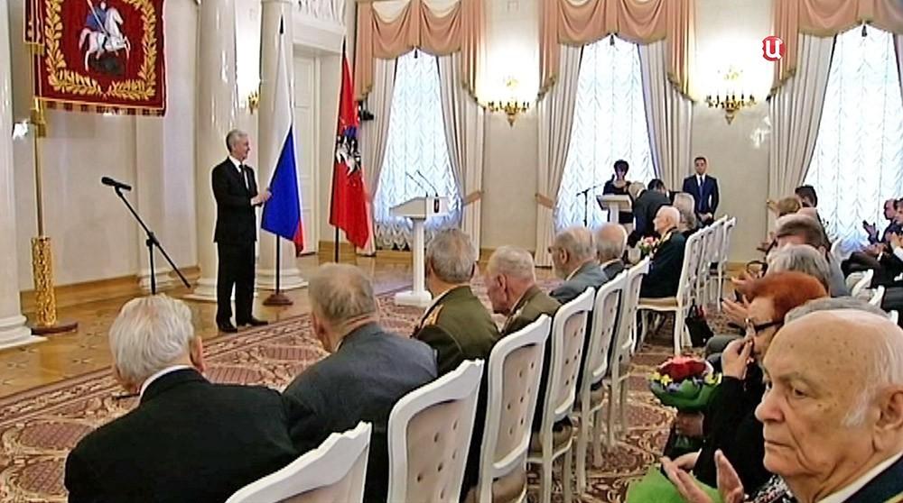 Сергй Собянин награждает ветеранов