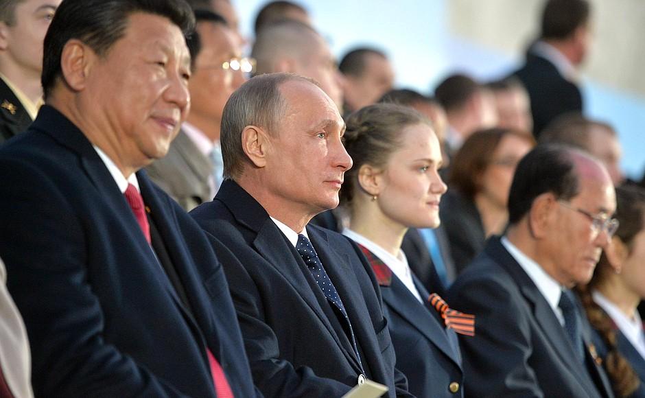 Президент России Владимир Путин и президент КНР Си Цзиньпин во время празднования Дня Победы
