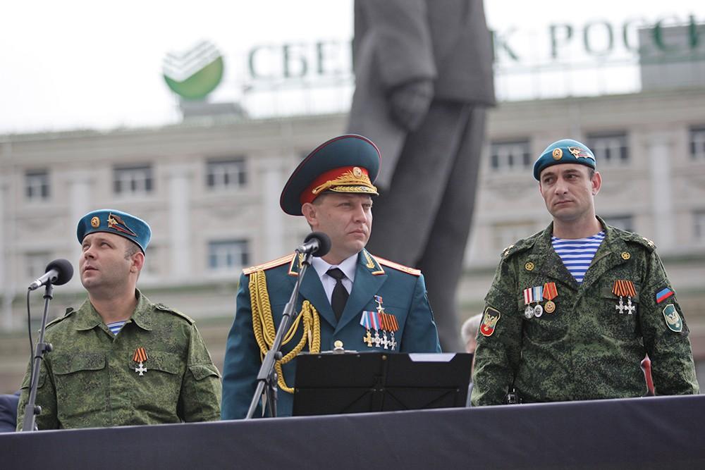 Глава Донецкой народной республики Александр Захарченко принимает парад Победы