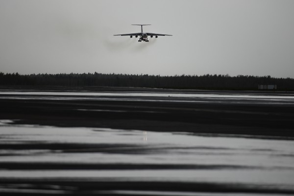 Самолет МЧС РФ заходит на посадку