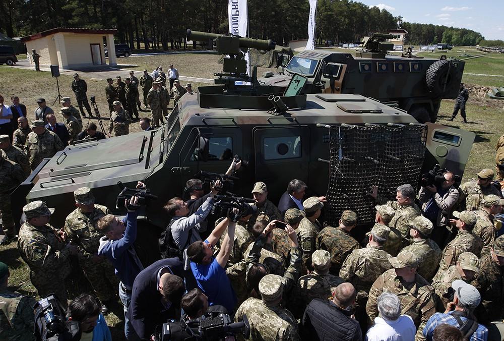 Президент Украины Петр Порошенко осматривает образцы военной техники