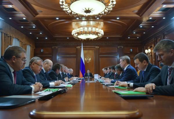 Председатель правительства РФ Дмитрий Медведев проводит совещание по ситуации в банковском секторе