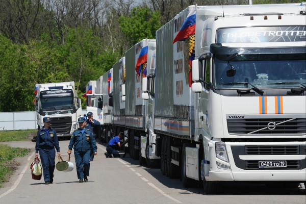 Колонна грузовых автомобилей МЧС с гуманитарной помощью
