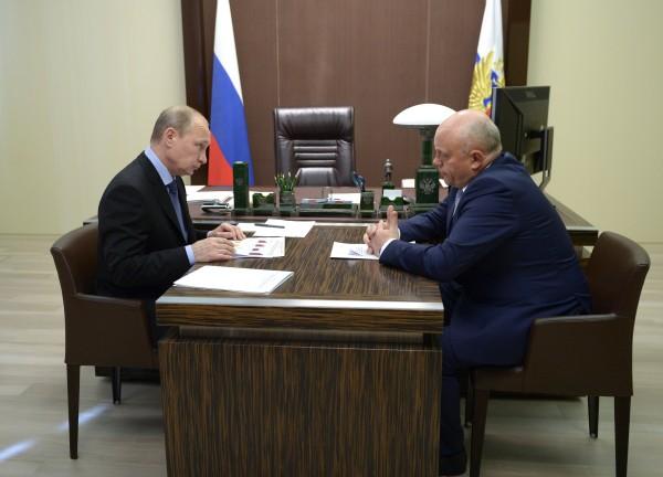 Президент России Владимир Путин и губернатор Омской области Виктор Назаров во время рабочей встречи