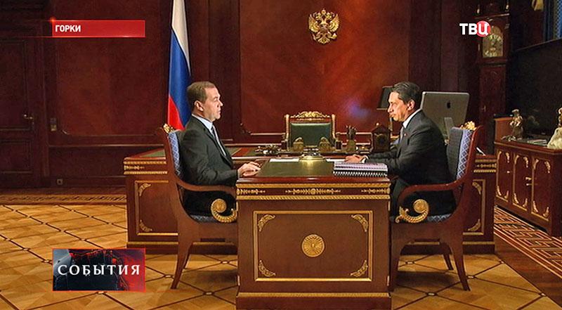 Премьер-министр Дмитрий Медведев и генеральный директор предприятия Олег Сиенко