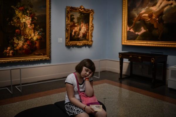 """Посетительница музея во время акции """"Ночь в музее"""""""