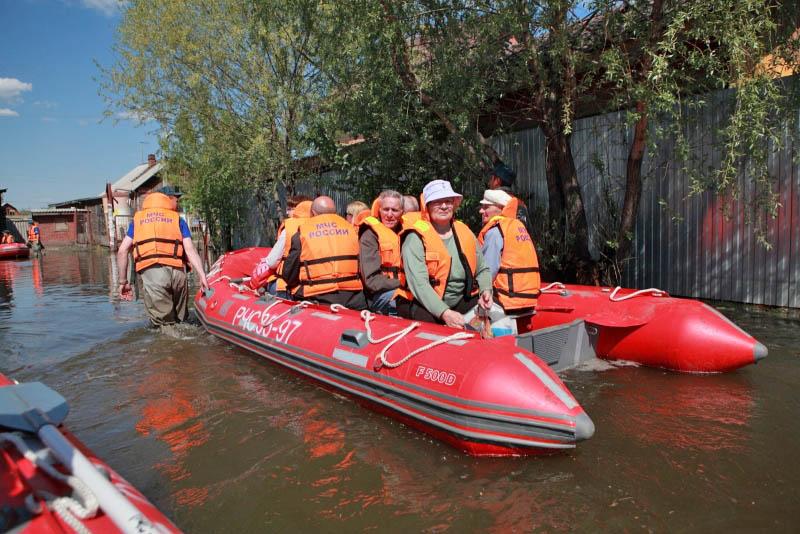 Сотрудники МЧС эвакуируют жителей из зоны паводков