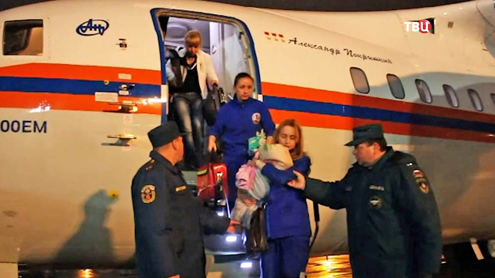 Сотрудники МЧС РФ встречают детей прибывших спецбортом МЧС РФ