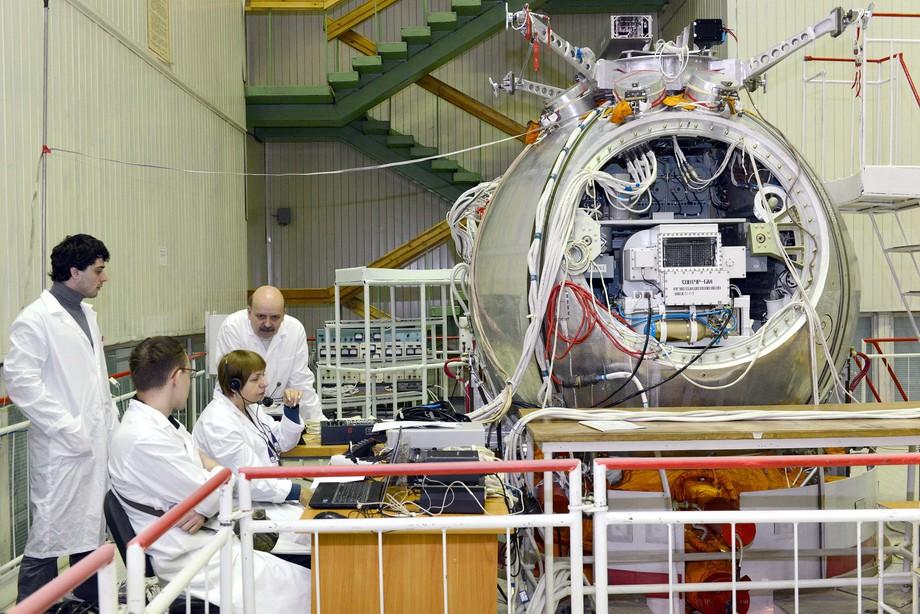 Работы над сборкой космического аппарата