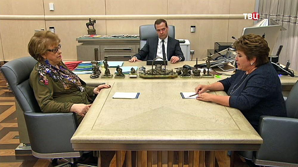Председатель правительства Дмитрий Медведев встретился с президентом РАО Людмилой Вербицкой и главой Россотрудничества Любовью Глебовой