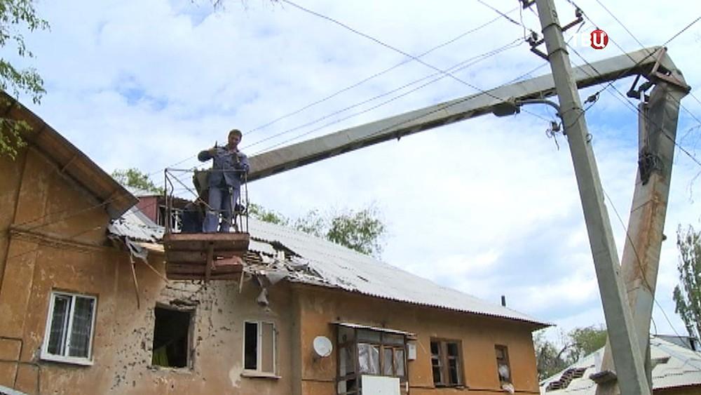 Ремонтные службы устраняют последствия обстрела кварталов Донецка