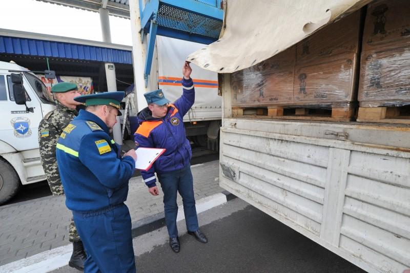 Украинские пограничники досматривают гуманитарную колонну МЧС России для жителей Донбасса