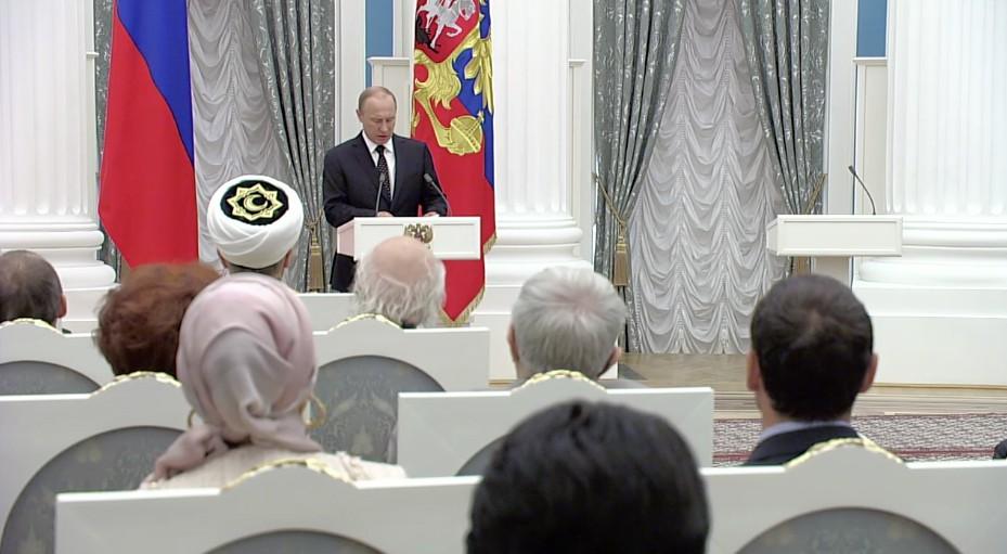 Владимир Путин во время церемонии награждения в Кремле