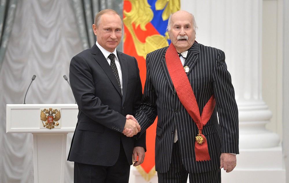 Президент России Владимир Путин награждает народного артиста СССР Владимира Зельдина