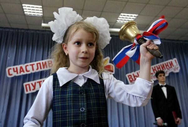 Школьница во время праздника Последнего звонка