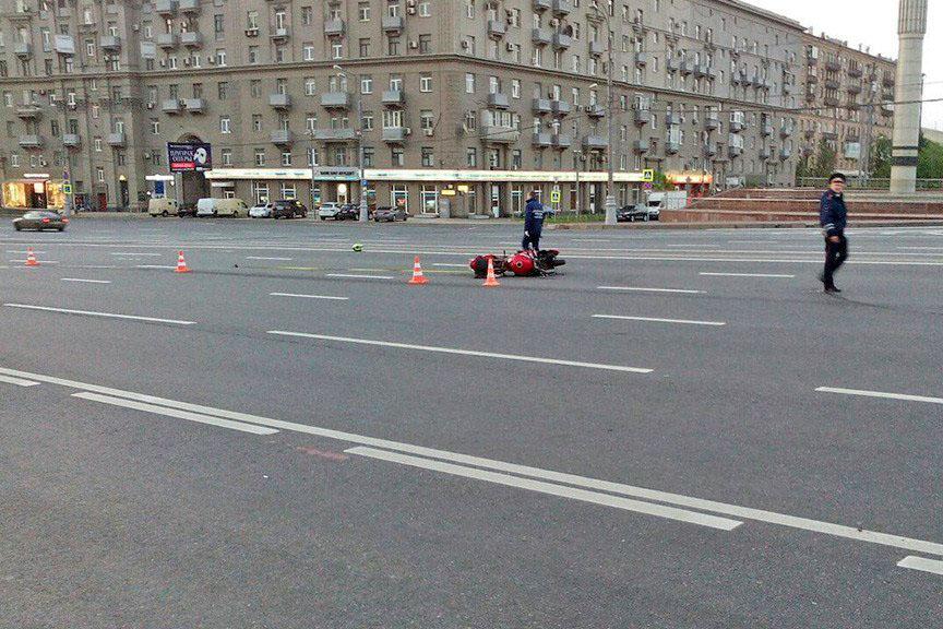 Последствия ДТП на Кутузовском с участием мотоциклиста