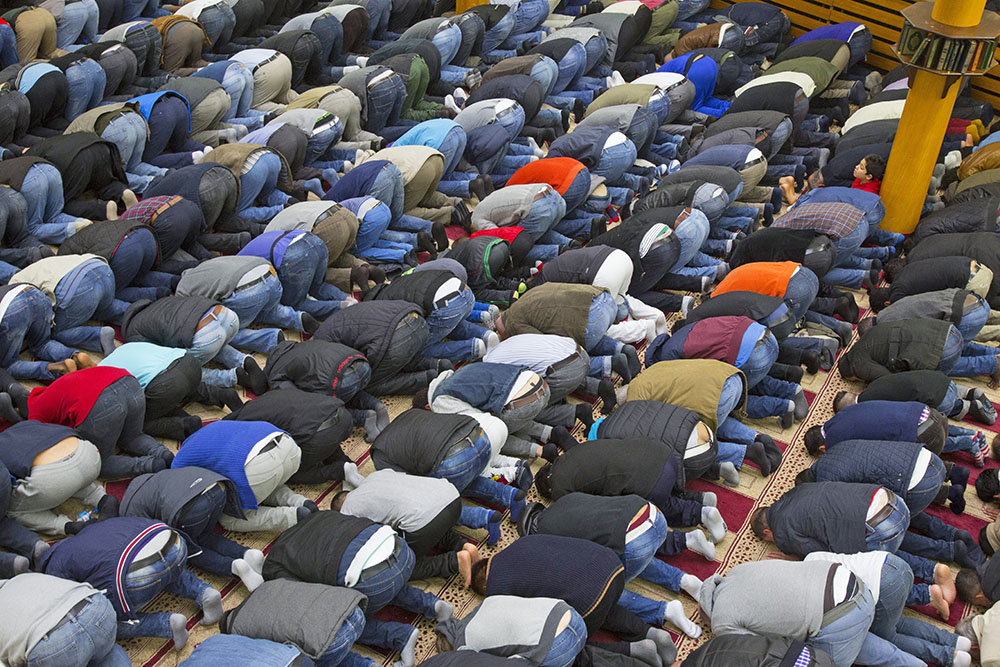 Мусульмане совершают намаз
