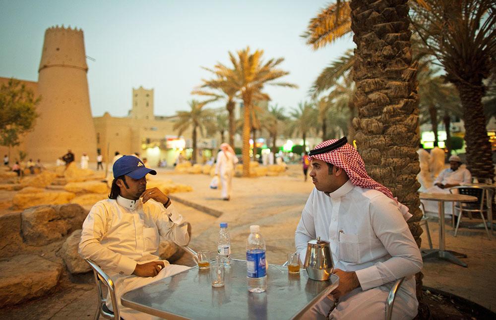 Арабские мужчины в кафе