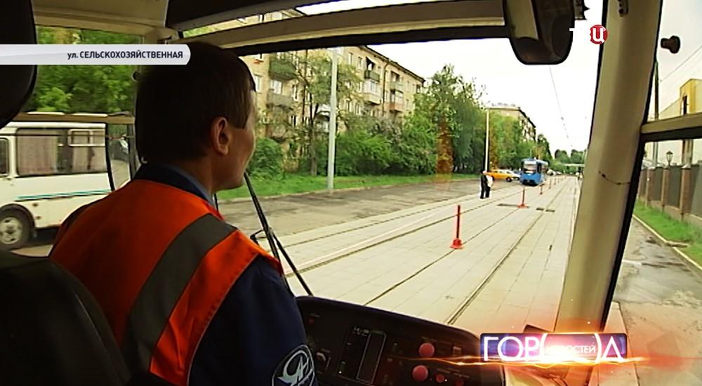 """Водитель трамвая во время участия в конкурсе """"Московские мастера"""""""