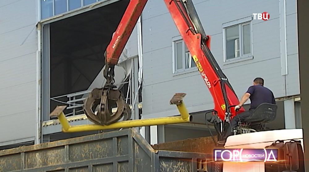 Спецтехника сносит многоэтажные дома