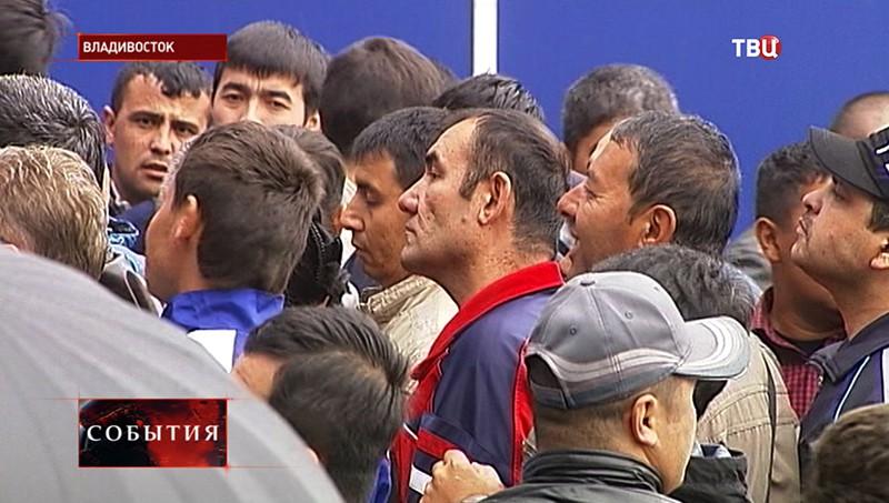 Мигранты у миграционного центра