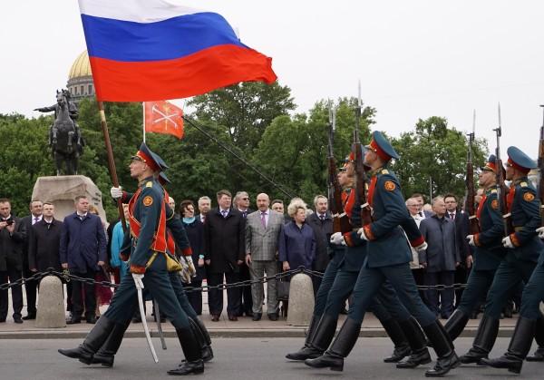 Церемония возложения цветов к памятнику Петру I в рамках празднования Дня города в Санкт-Петербурге