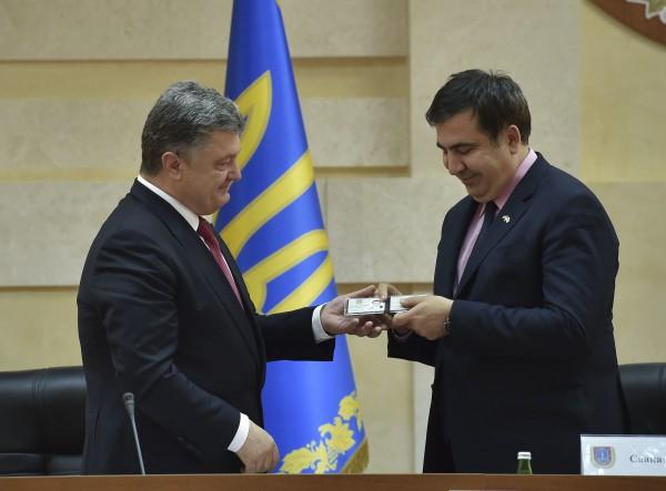Президент Украины Петр Порошенко вручает Михаилу Саакашвили удостоверение главы Одесской области
