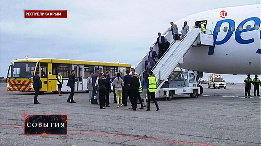 Пассажиры в аэропорту Симферополя