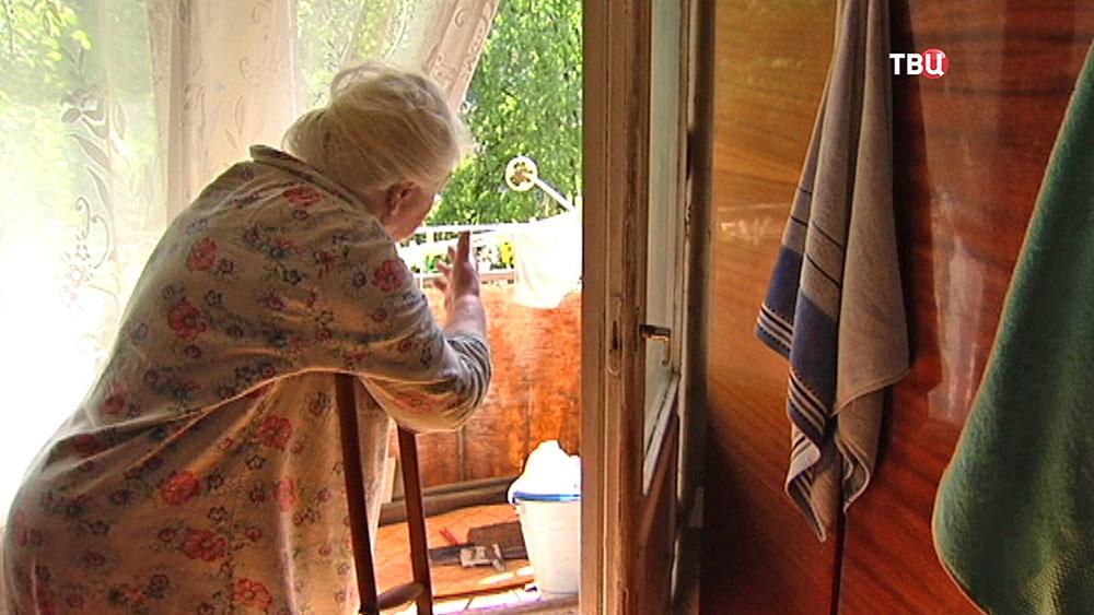 Пенсионерка возле балкона