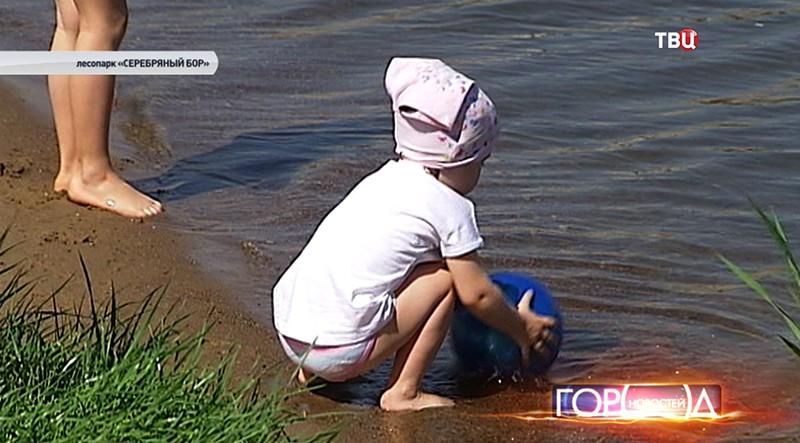 Ребенок играет с водой