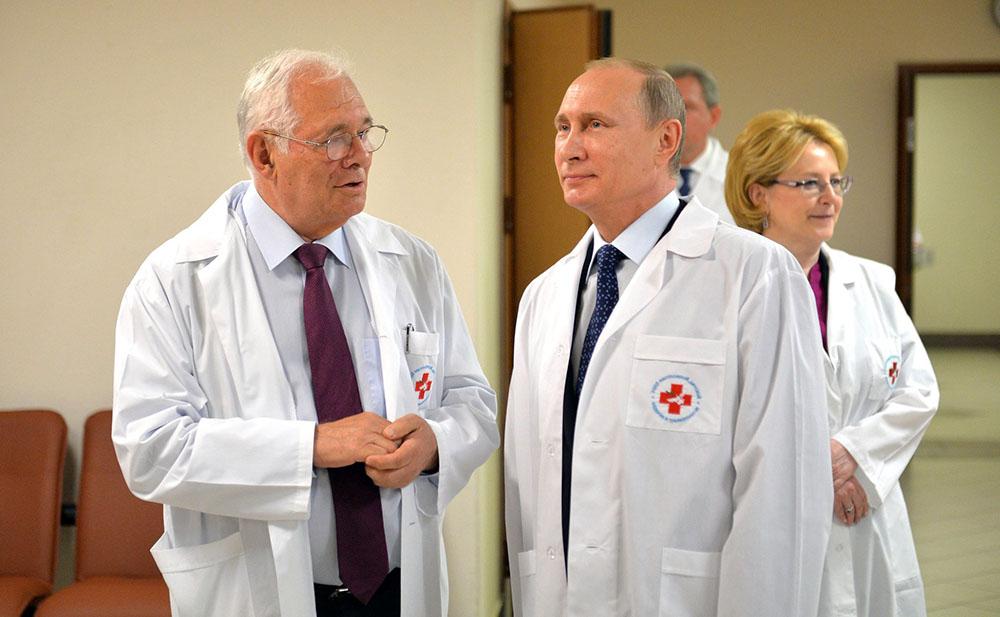 Директор НИИ неотложной детской хирургии и травматологии Леонид Рошаль и президент России Владимир Путин