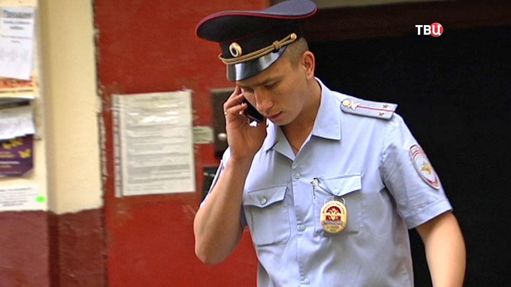 Полицейский говорит по телефону