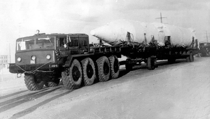 Перевозка одной из ступеней ракеты