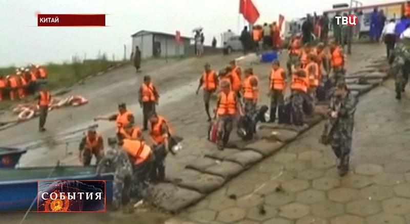 Спасатели на берегу Янцзы у места катастрофы