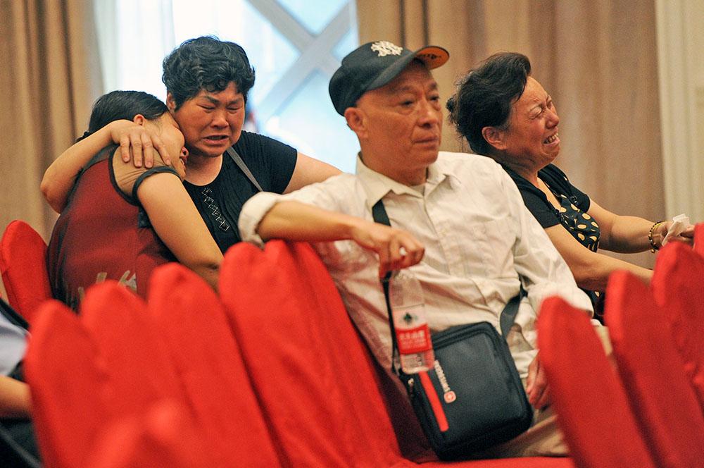 Родственники пассажиров туристического лайнера в Китае